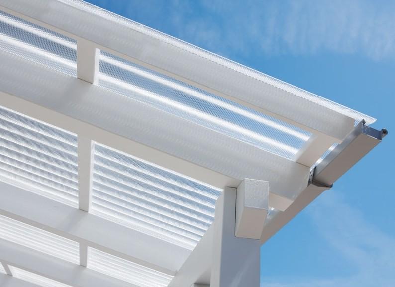 Terrassenüberdachung mit 3 mm Lichtplatten aus Acrylglas klar von der Seite fotografiert