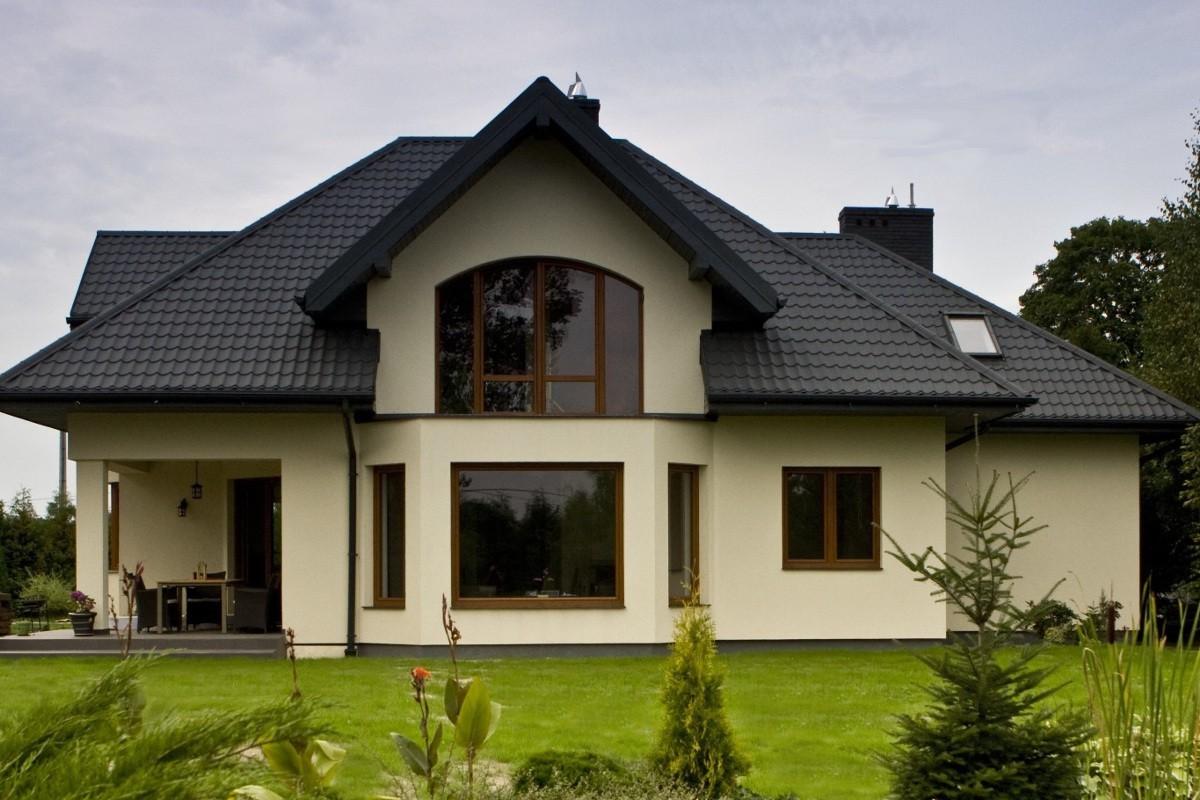 Pfannenblech Szafir®auf hellem Haus mit Walmdach - Farbe RAL7016 Anthrazit - als Referenz - Longhouse GmbH