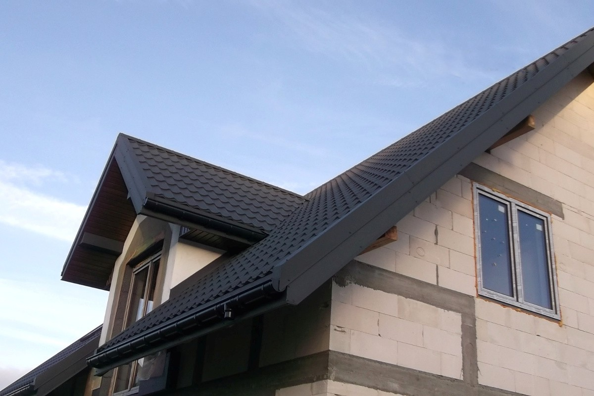 Pfannenblech Szafir®auf Klinkerhaus mit Satteldach im Rohbau - Farbe RAL7016 Anthrazit - als Referenz - Longhouse GmbH