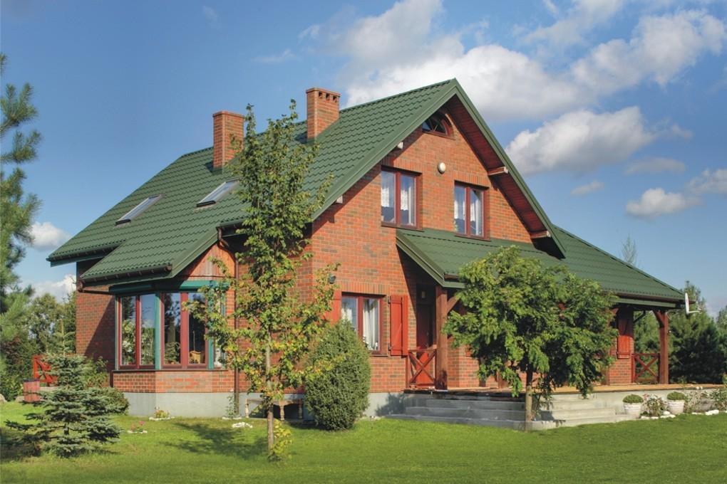 Pfannenblech Szafir®auf Klinkerhaus mit Satteldach und Veranda - Farbe RAL6005 Moosgrün - als Referenz - Longhouse GmbH