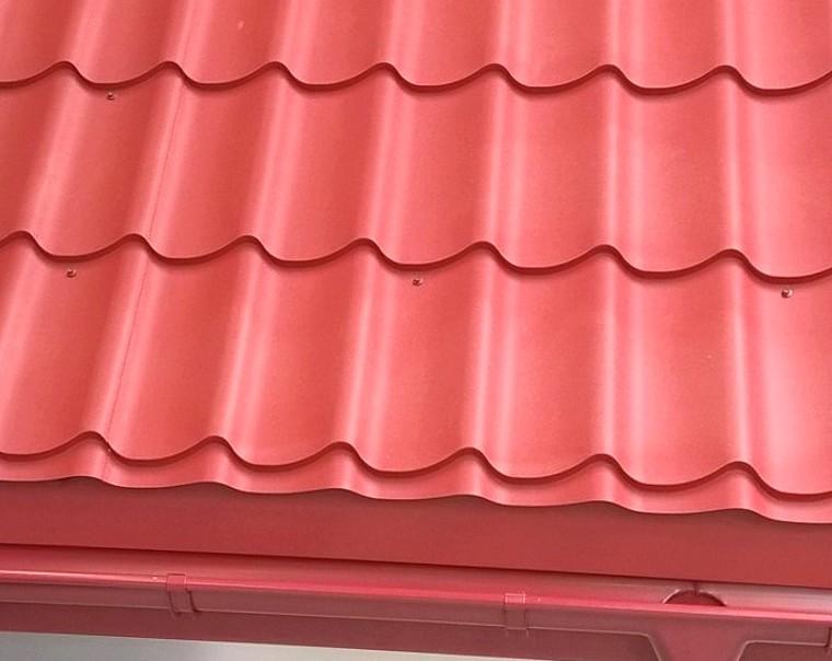 Pfannenblech Szafir® mit Dachrinne im Traufbereich - Farbe Korallenrot - als Referenz - Longhouse GmbH