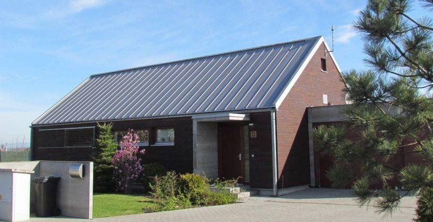 Stehfalz Stehfalzblech - Beispiel 2 - Haus mit Stehfalzdach in Dämmerung - Satteldach - Beispiel 1