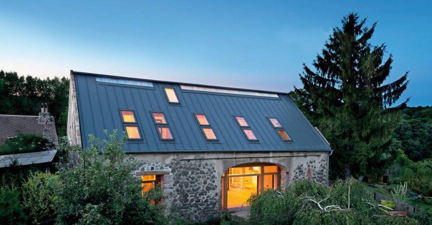 Stehfalz Stehfalzblech - Beispiel 2 - Haus mit Stehfalzdach in Dämmerung - Satteldach