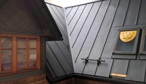 Stehfalz Stehfalzblech - Beispiel 4 - Haus mit Stehfalzdach in Dämmerung - Satteldach mit Erker